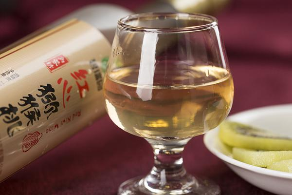 引进了猕猴桃酒的全套生产线通过实施和推广